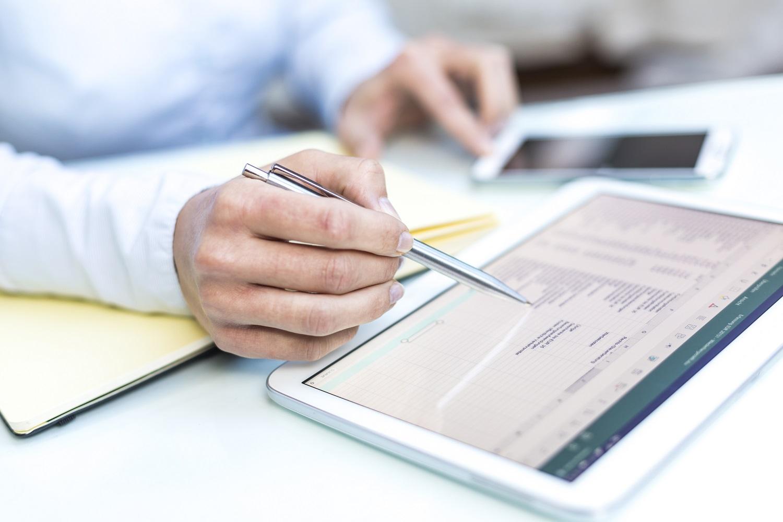 Ein Steuerberater macht die Finanzbuchhaltung auf einem Tablet