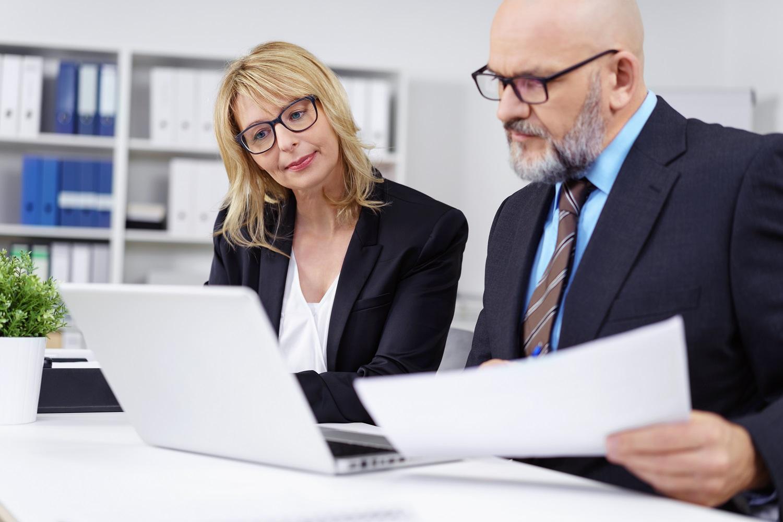 Zwei Steuerberater erstellen den Jahresabschluss einer Firma