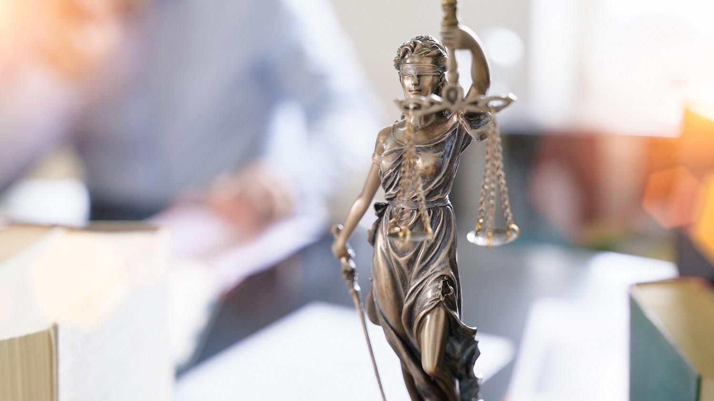 Eine Justizia Statue auf einem Schreibtisch einer Rechtsberatung in Hannover